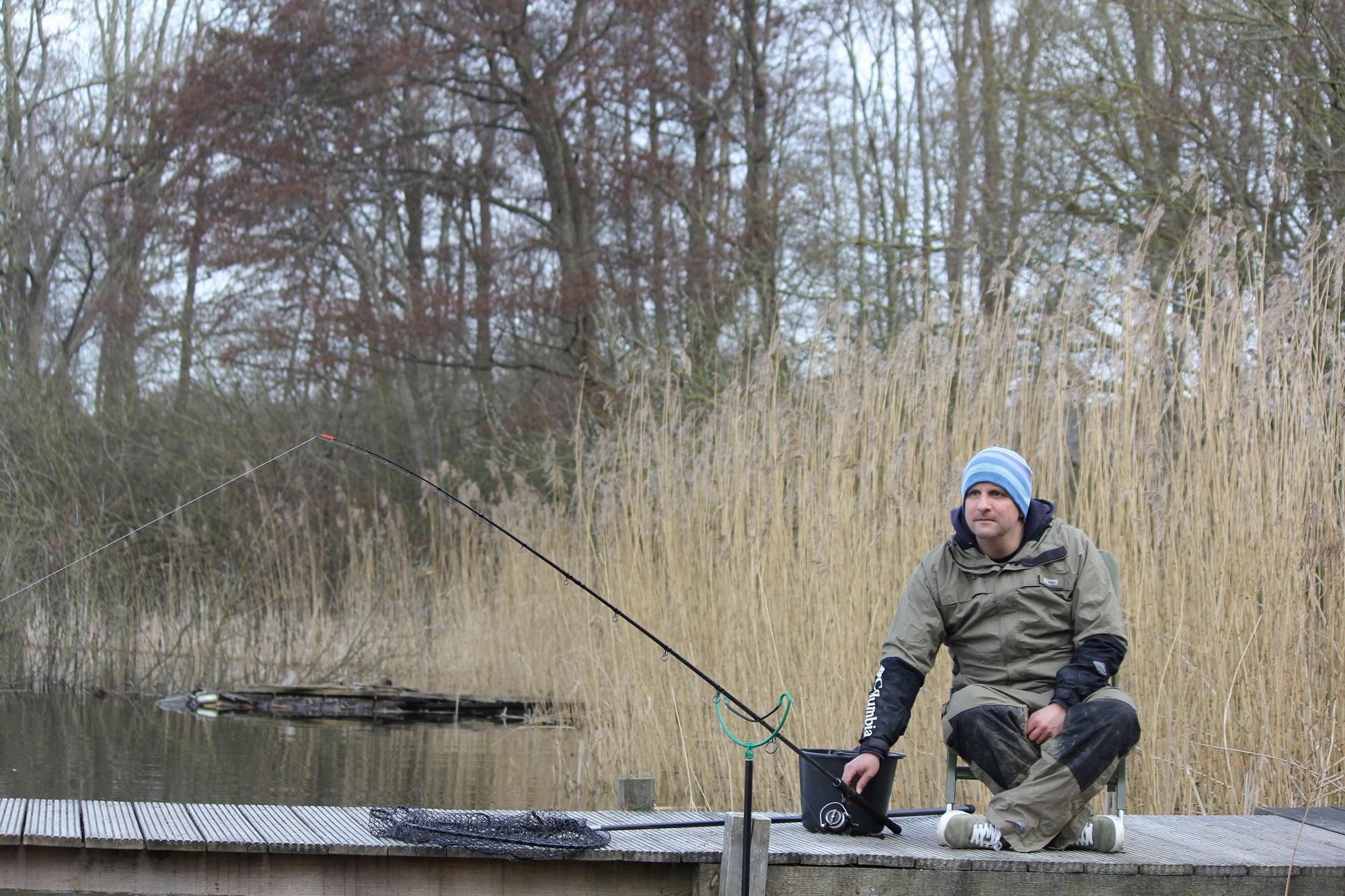 Für Jesco ging es an einen See, um die 3,60 Meter lange Feeder-Rute von Sportex beim Angeln auf Brassen, Rotaugen & Co zu testen. Mit großen Futterkörben fischte er sehr weit draußen und legte sich dort einen Spot an