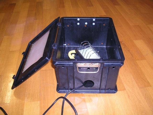 Der Strahler kommt mittig in die Nematoden-Durchleuchte-Kiste. Das Kabel vom Stecker führt durch ein großes Loch heraus