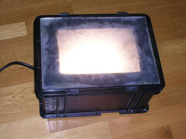 So sieht die Box zum Finden der Würmer im Filet von Dorsch, Rotbarsch & Co aus, wenn sie geschlossen und das Licht eingeschaltet ist