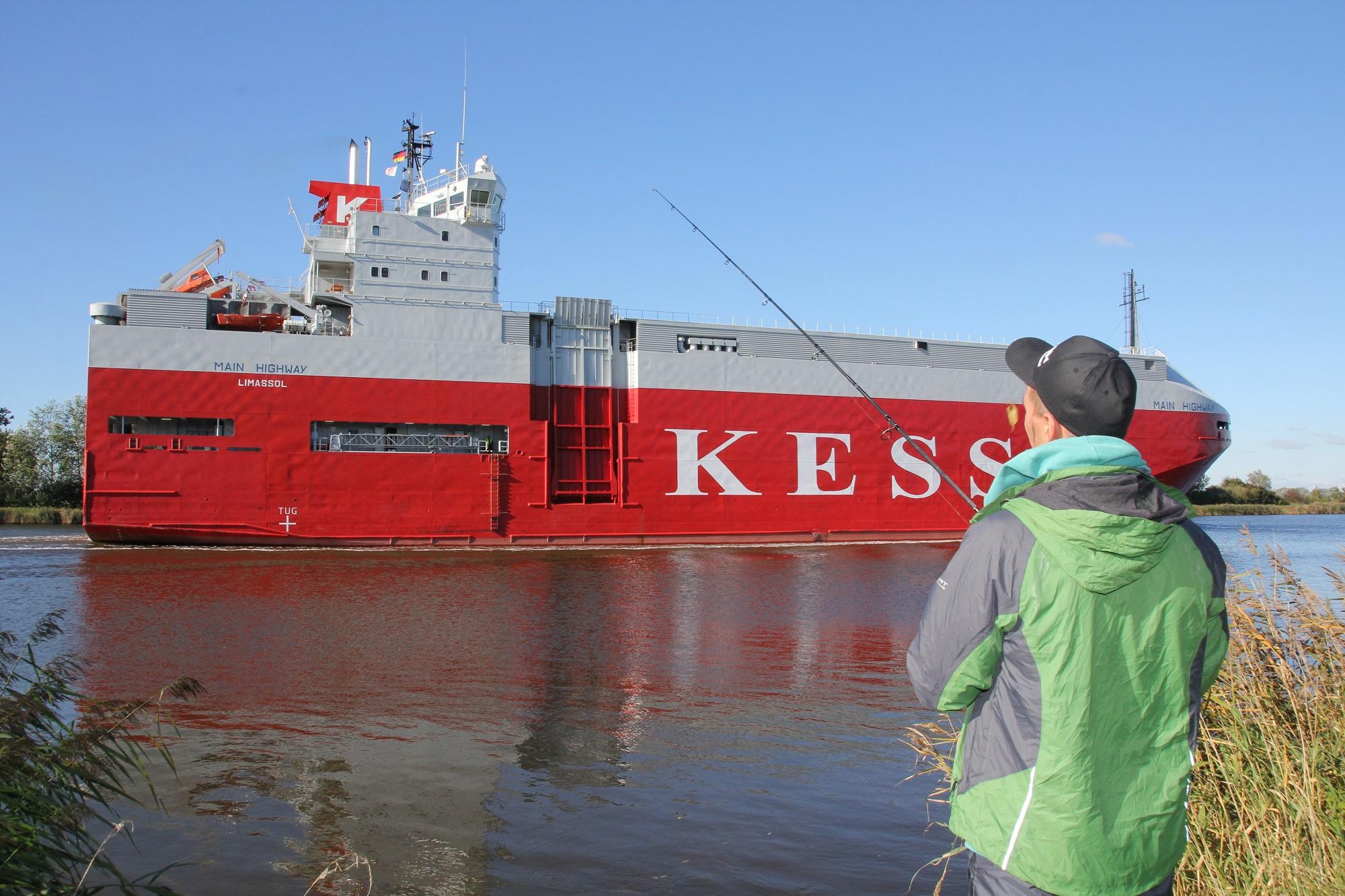 Wenn große Schiffe beim Angeln mit Gummifisch vorbeifahren, werden die Zander im Nord-Ostsee-Kanal aktiv