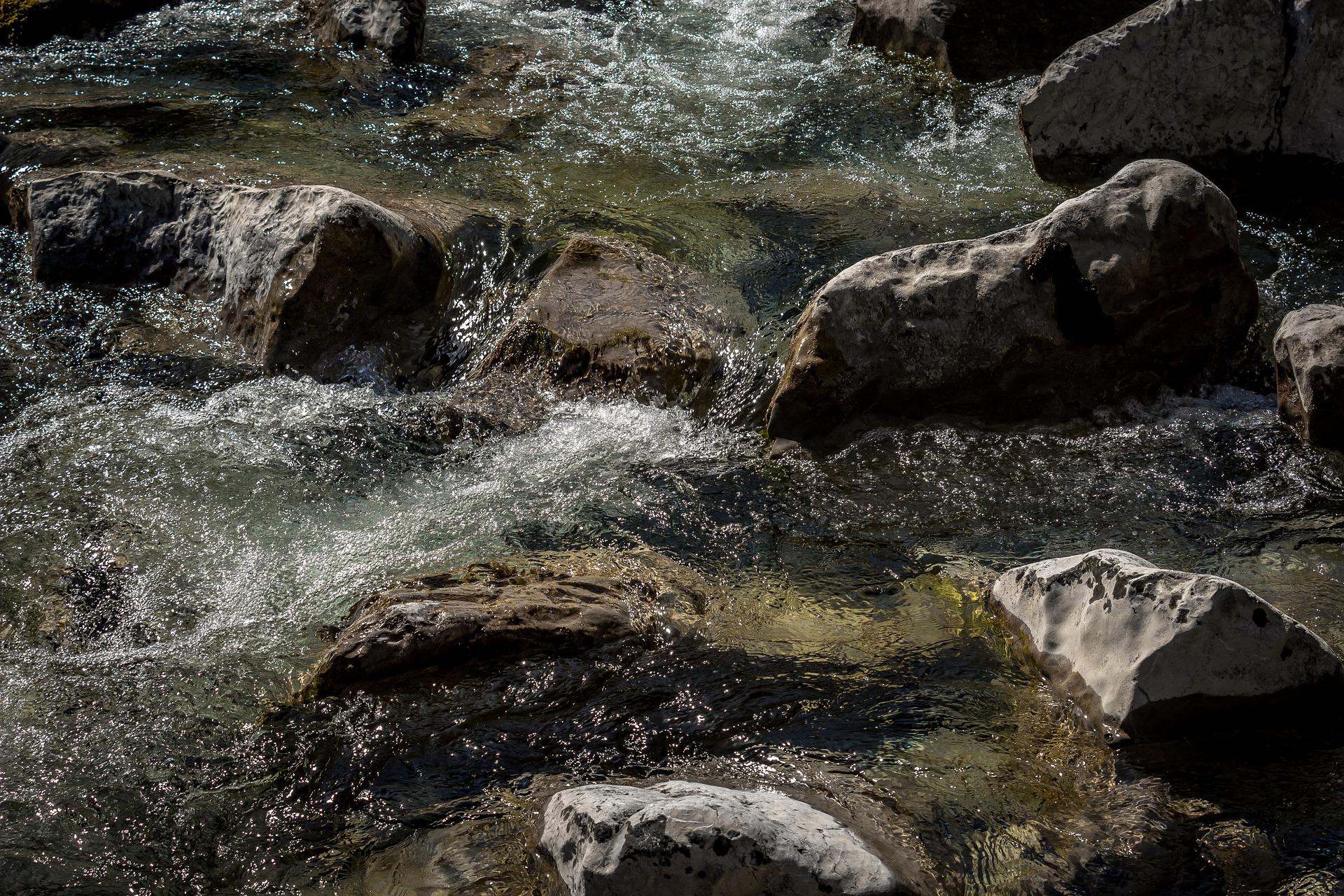 riverbed-5056823_1920.jpg